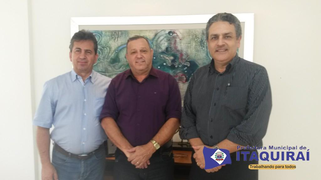 O diretor comercial edgar bento o prefeito ricardo fávaro e o diretor presidente da sanesul marcelo amaral 1024x576