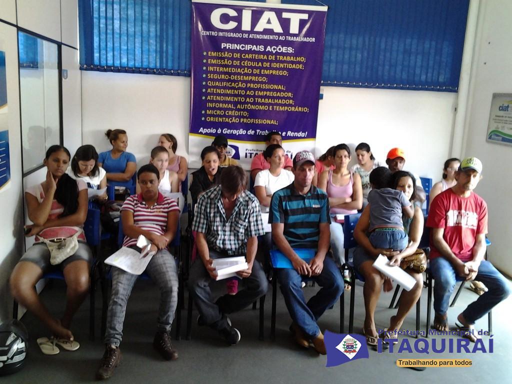 Trabalhadores de itaquiraí aguardam entrevistas na sala do ciat em busca de empregos 1024x768