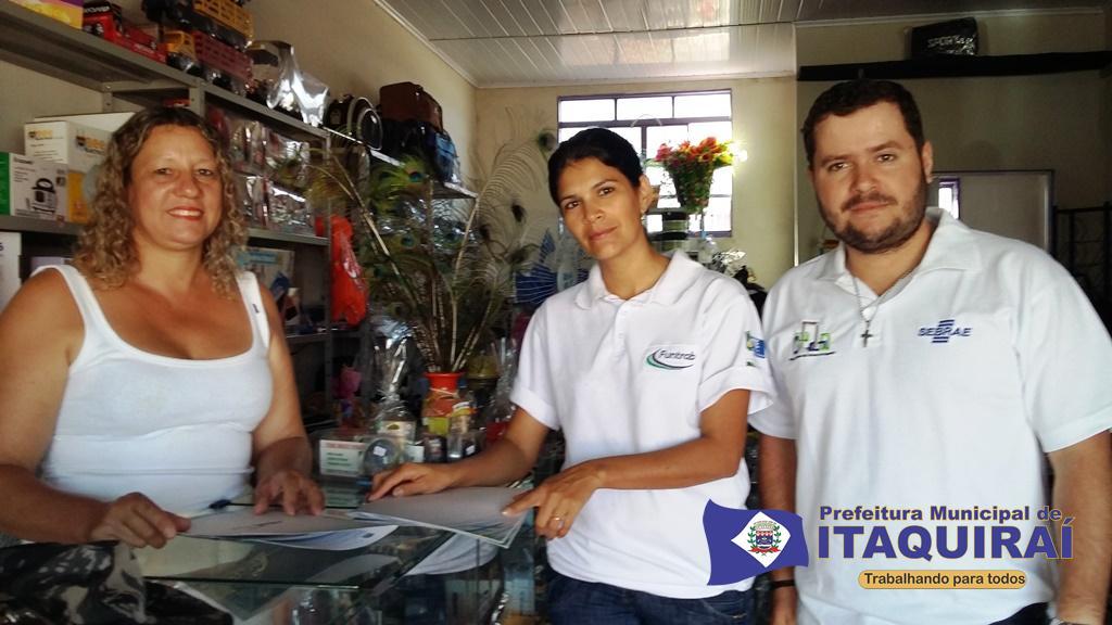 Empreendedora do comércio de itaquiraí ao receber visita itinerante das equipes da secretaria de desenvolvimento econômico