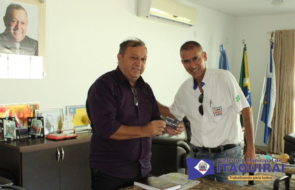 Prefeito ricardo fávaro recebe cartão sin card do representante comercial altemir frança 1024x659