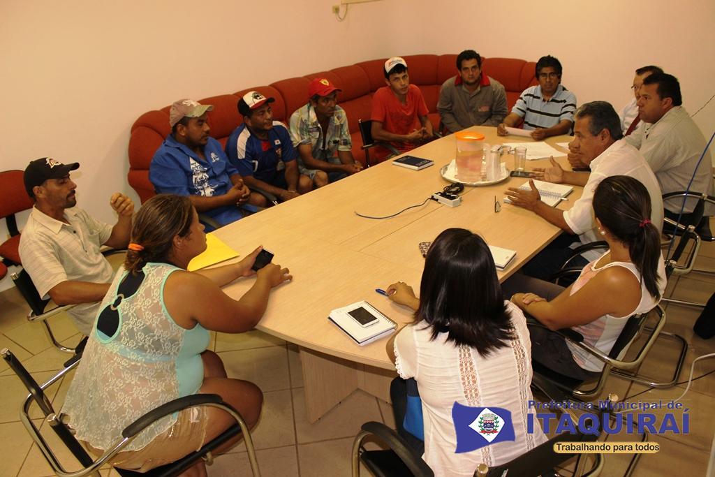 """Representantes do executivo pedem saída pacífica a comissão representativa de """"sem teto"""" que invadiram área da prefeitura de itaquiraí1"""