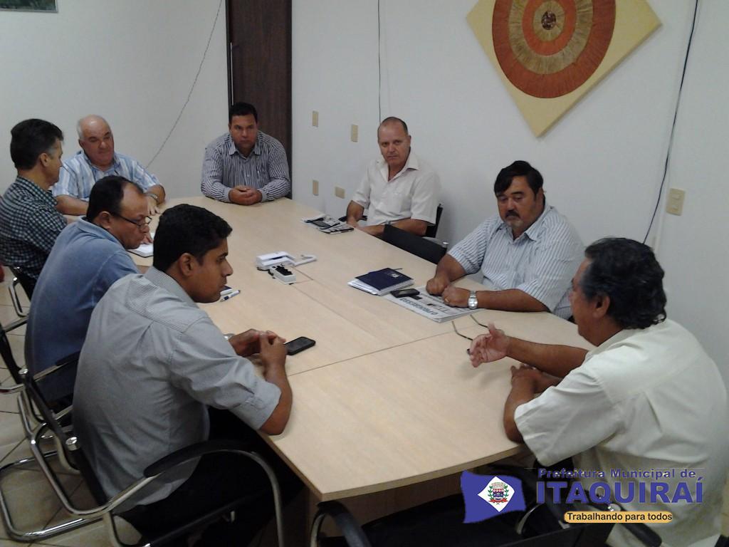 Vice prefeito daniel e demais secretários municipais discutem festa dos 35 anos de itaquiraí 1024x768