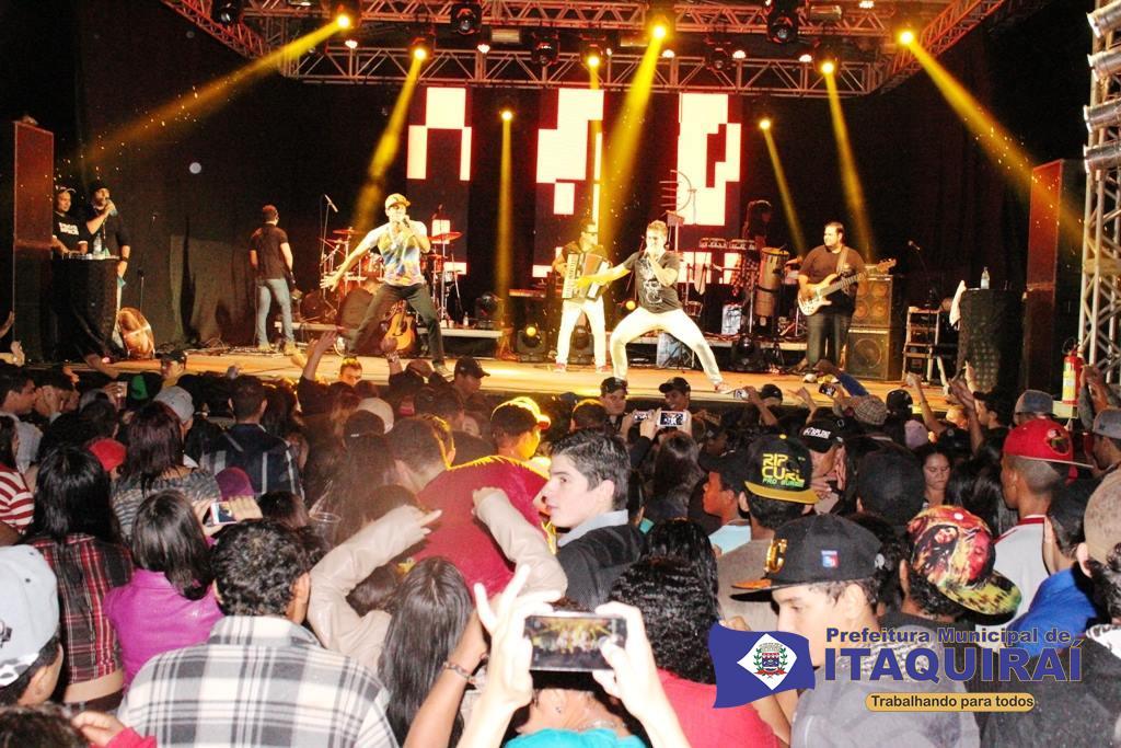 Dupla cácio e marcos durante show realizado domingo à noite em itaquiraí
