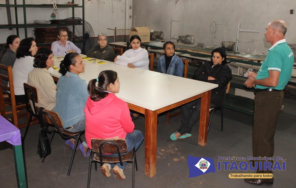 Instrutor do senar idelfonso rodriguês apresenta aula teórica do curso de corte e costura em itaquiraí 1