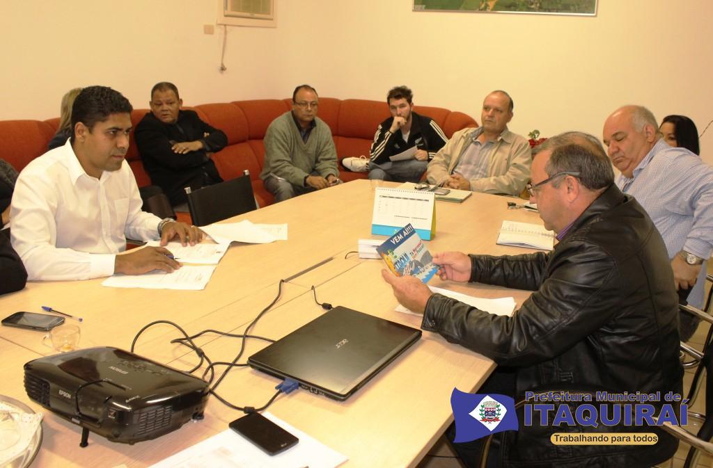 Prefeito ricardo fávaro analisa arte de divulgação da itaquipesca 2015 durante reunião com secretários 1024x673