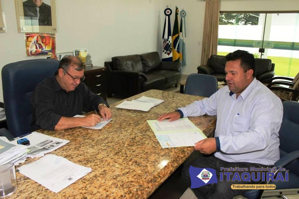 Prefeito ricardo fávaro assina documentos autorizando a liberação dos salários dos servidores municipais de itaquiraí