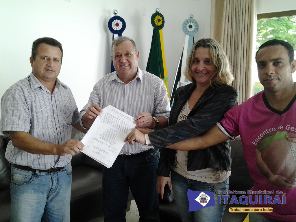 Prefeito ricardo fávaro recebe dos sindicalistas laércio bueno reni vaz e josé luiz o registro sindical do sinsemi