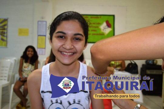 Menina sorri ao receber vacina contra o hpv por entender que