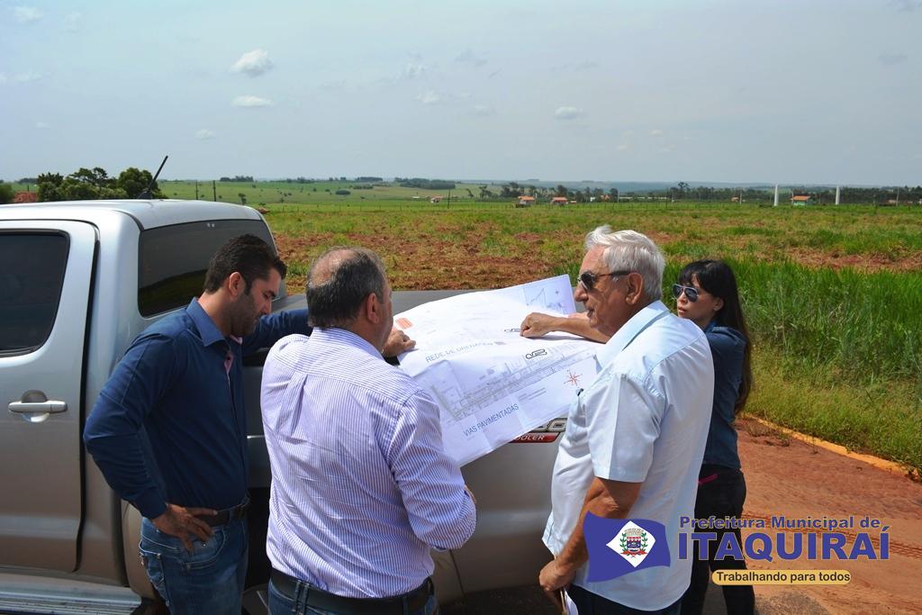 Engenheiro adilson e arquiteta mayumi da caixa durante vistoria do terreno onde novo conjunto habitacional será implantando em itaquiraí