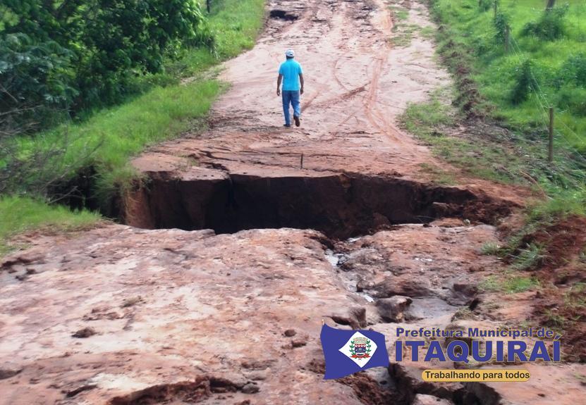 Erosão é formada em trecho de estrada do assentamento indaiá e provoca interdição temporária1